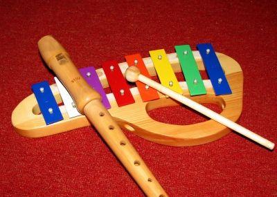 Foto eines Kinderglockenspiels und einer Blockflöte