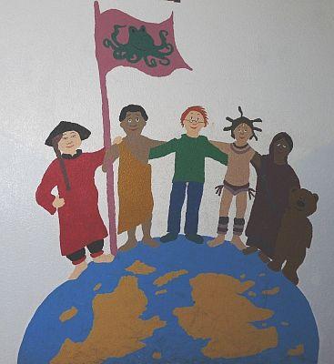 Kinderzeichnung: Kinder unterschiedlicher Herkunft stehen auf der Erde