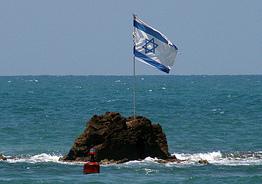 Israelflagge auf einem Felsen im Meer. Photo: fabcom / flickr Creative Commons Licence Namensnennung, nicht kommerziell