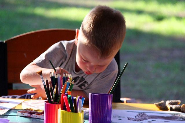 Foto eines malenden Kindes