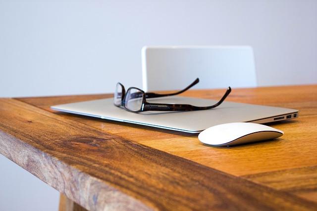 Foto eines Laptops mit Maus und Brille, CC 0 Public Domain, Quelle: pixabay.com