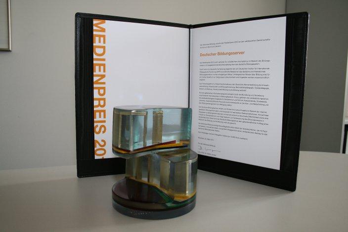 Medienpreis, Skulptur und Urkunde